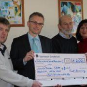Bei der Scheckübergabe (von links nach rechts): Thomas Kater (SKM), Frank Henning, Bernhard Lienesch (SKM) und Ulla Groskurt