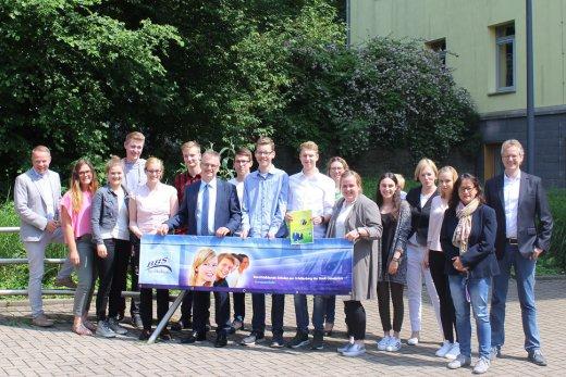"""Zusammen mit den Mitgliedern der Schülerzeitung und Lehrkräften der BBS am Schölerberg beim Vorab-Besuch zur """"n-21-Landtag-Online-Redaktion"""" am 3. Juni 2016."""