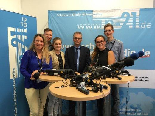 Live im Landtag, zusammen mit den vier SchülerreporterInnen der BBS am Schölerberg und Lehrerin Kerstin Klefoth.
