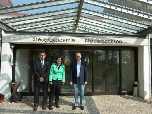 V.l.n.r.: Die SPD-Landtagsabgeordneten Markus Brinkmann, Renate Geuter und Frank Henning beim Besuch bei der Steuerakademie in Rinteln.