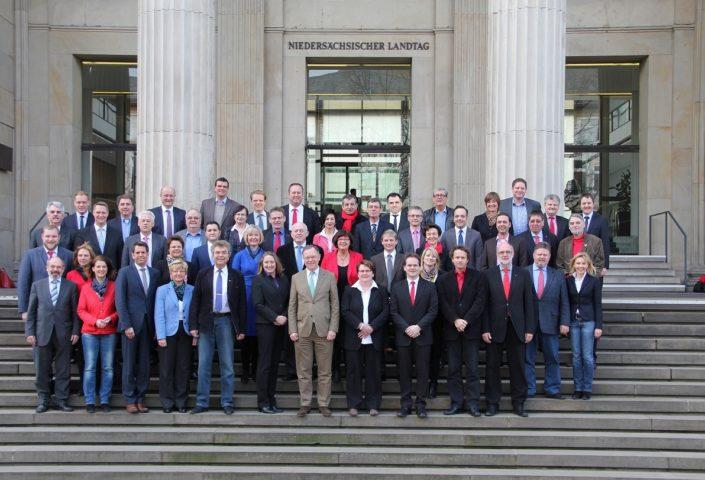 Gruppenbild der SPD-Landtagsfraktion, die auch Urheber dieses Fotos ist. Am 25. Februar 2014 vorm Haupteingang des Niedersächsischen Landtags aufgenommen.