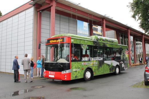 Mit einem Elektrobus der Stadtwerke ging es weiter zum nächsten Besichtigungsort: dem Landschaftspark Piesberg. Zuvor hatten die Abgeordneten im Rahmen eines Vortrags von Dr. Klaus Siedhoff (Stadtwerke AG) bereits die Herausforderungen für kommunale Stadtwerke in Zeiten der Energiewende erörtert.