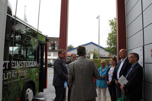 Herr Kränzke (Leiter des Verkehrsbetriebs der Stadtwerke Osnabrück) erläuterte den Abgeordneten technische Details der Osnabrücker E-Busse und den Einsatz der E-Busse im Osnabrücker Busverkehr.