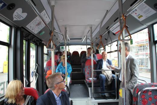 Während der Fahrt zum Piesberg stellte Herr Kränzke die aktuelle Situation bezüglich geeigneter Fahrzeughersteller im E-Bus-Bereich dar.