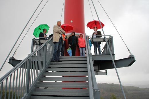 Auf der Aussichtsplattform am Piesberg angelangt, informierten Herr Meyer (Stadtwerke) und Herr Uthmann (Fachbereich Umwelt und Klimaschutz der Stadt Osnabrück) die Abgeordneten über die energiepolitischen Aktivitäten im Windpark Piesberg.