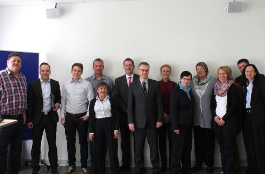 Maximilian Schmidt (2.v.l.), Frank Henning (7.v.l.) und Renate Geuter (9.v.l.) zusammen mit Vertreterinnen und Vertretern des Personalrats und der Amtsleitung des Finanzamtes Osnabrück-Stadt.