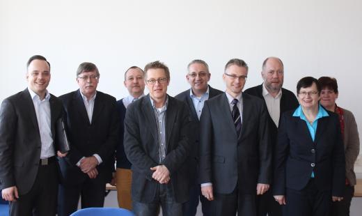Maximilian Schmidt (1.v.l.), Frank Henning (4.v.r.) und Renate Geuter (2.v.r.) zusammen mit Vertreterinnen und Vertretern des Personalrats des Finanzamts für Großbetriebsprüfung Osnabrück.