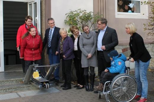 Bei der Vorführung einer Treppen-Aufstiegshilfe für Kinder im Rollstuhl