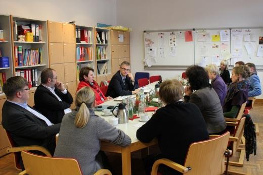 Während der Diskussion im Lehrerzimmer der Rosenplatzschule. Die Teilnehmer (gegen den Uhrzeigersinn): Frank Henning (MdL), Johanne Modder (Vorsitzende der SPD-Landtagsfraktion), Sven Björn Wieduwilt (persönlicher Referent von Johanne Modder), Dr. Jens Martin (schulpolitischer Sprecher der SPD-Ratsfraktion Osnabrück), Cora Stöhr (Schulleiterin der Rosenplatzschule), Karin Jabs-Kiesler (Bürgermeisterin), Rita Maria Rzyski (Stadträtin der Stadt Osnabrück), Frau Finkmann (als Vertreterin des Stadtteilmagazins Rosenblatt), Christel Wachtel (sozialpolitische Sprecherin der SPD-Ratsfraktion), Herr Reimann (vom Fachbereich Schule und Sport der Stadt Osnabrück), Frau Butke (Fachbereichsleiterin Schule und Sport) und Frau Plaßmeyer (Förderschullehrerin an der Rosenplatzschule).