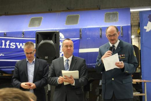 Von links: MdL Frank Henning, Innenminister Boris Pistorius und THW-Ortsbeauftragter Jörg Ströker bei der Verlesung der Medaillen-Empfängerinnen und -Empfänger.