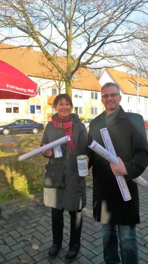 Zusammen mit Ulla Groskurt bei der Jahresplaner-Verteilung.
