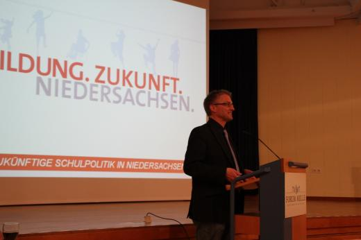 Bei meinem Eingangsstatement. Die rot-grüne Landesregierung gibt in der Plenarperiode 2013-2018 mehr als eine Milliarde Euro zusätzlich aus, um die Bildung in Niedersachsen zukunftsfähig zu gestalten.