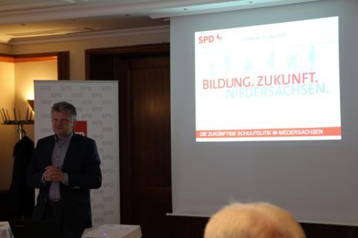 Als Referent nahm der schulpolitische Sprecher der SPD-Landtagsfraktion, Stefan Politze, teil und stellte die wichtigsten Punkte der Schulgesetznovelle vor.