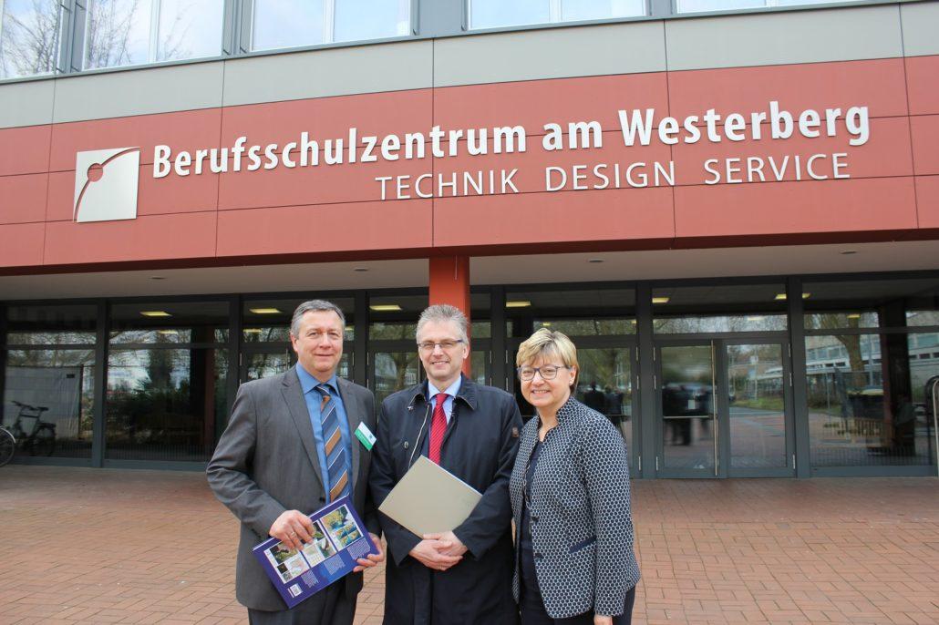 Von links: Schulleiter Herr Papenbrock, MdL Frank Henning und Kultusministerin Frauke Heiligenstadt beim Besuch des Berufsschulzentrums am Westerberg.