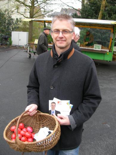 Ostereierverteilung auf dem Markt in der Ebertallee.