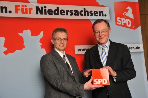 Gemeinsam mit Stephan Weil (r.), Bürgermeister von Hannover und SPD-Kandidat für das Amt des niedersächsischen Ministerpräsidenten, bei der Eröffnung des Landtagswahlkampfs in der Osnabrücker Stadthalle am 13. März 2012.