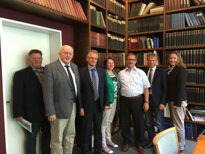 Besuch der GM-Hütte. Von links nach rechts: Ronald Schminke, Gerd Will, Frank Henning, Jutta Olbricht, Harald Schartau, Stefan Klein und Gabriele Andretta.