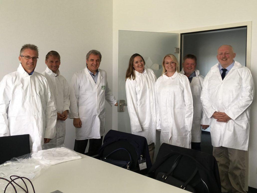 Vor dem Gang in die Produktion bei Fuchs Gewürze; von links nach rechts: Frank Henning (MdL), Stefan Klein (MdL), Dr. Helmut Mank (Geschäftsführer), Gabriele Andretta (MdL), Jutta Dettmann (Landtagskandidatin), Ronald Schminke (MdL), Gerd Will (MdL)