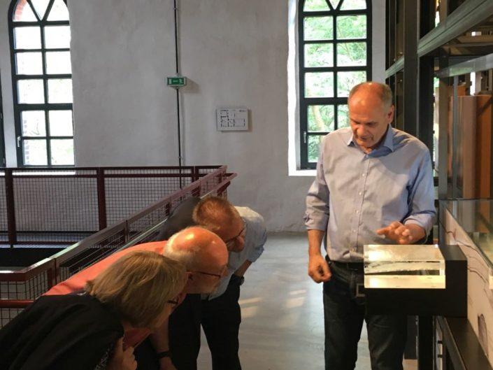 Museumsdirektor Rolf Spilker zeigt einen speziell angefertigten Querschnitt durch den Osnabrücker Piesberg.