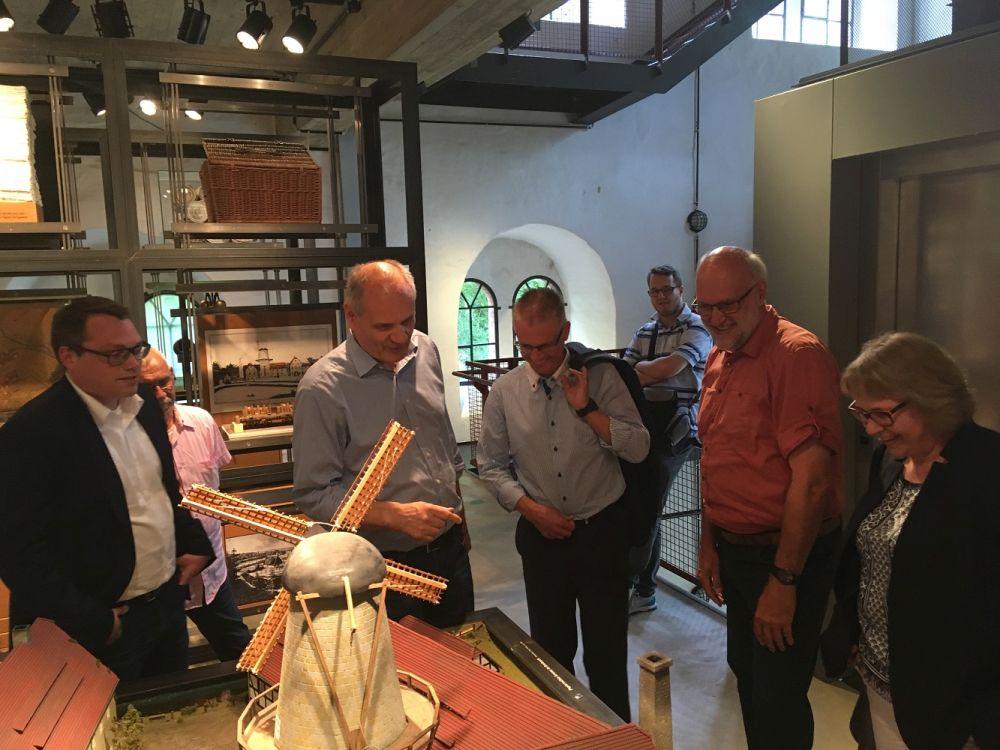 Das Modell der Papiermühle zeigt die Anfänge der Osnabrücker Papierfabrik Schoeller.