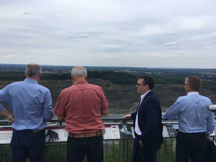 Auf der Aussichtsplattform auf dem Piesberg, mit Blick auf den Steinbruch.