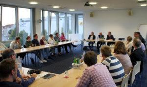 Rund 30 interessierte Teilnehmer kamen zur Informationsveranstaltung und tauschten sich anschließend rege mit Minister Schneider über Themen rund um die Steuerpolitik aus.