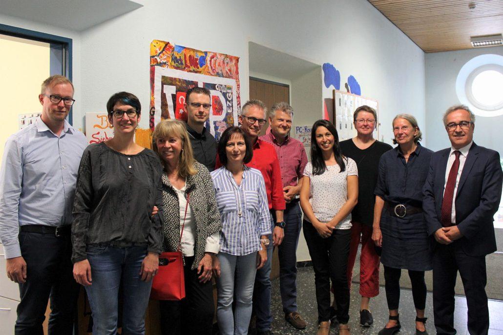 Von links nach rechts: Michael Laszewski (Paritätischer Osnabrück, VPAK-Vereinsbeirat), Karin Mackevics (Geschäftsführerin des VPAK), Christa Röber (VPAK-Vorstand), Andreas Reinisch-Klaß (sozialpol. Sprecher der SPD-Ratsfraktion), Kerstin Lampert-Hodgson (kinder- und jugendpol. Sprecherin der SPD-Ratsfraktion), Frank Henning (SPD-Landtagsabgeordneter), Stefan Politze (MdL und schulpol. Sprecher der SPD-Landtagsfraktion), Sema Heck (Projektleitung SiebenPlus), Agnes Kunze-Beermann (migrationspol. Sprecherin der SPD-Ratsfraktion), Karin Winkler (VPAK-Vorstand) und Ramis Konya (Vorstandsvorsitzender des VPAK)