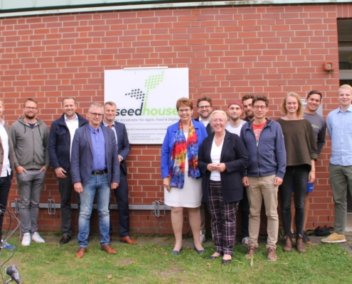Die Besucherinnen und Besucher des Seedhouses zusammen mit Gründerinnen und Gründern und der Geschäftsführung.