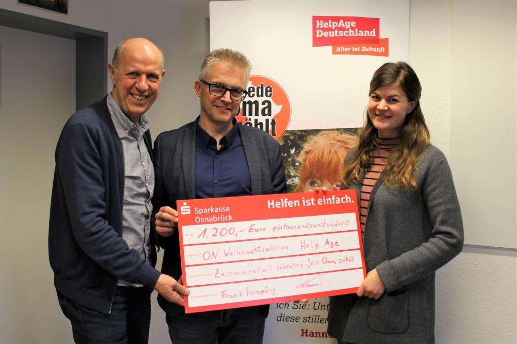 Scheckübergabe an HelpAge: Frank Henning (Mitte) zusammen mit HelpAge-Geschäftsführer Lutz Hethey und HelpAge-Mitarbeiterin Rike Bever.